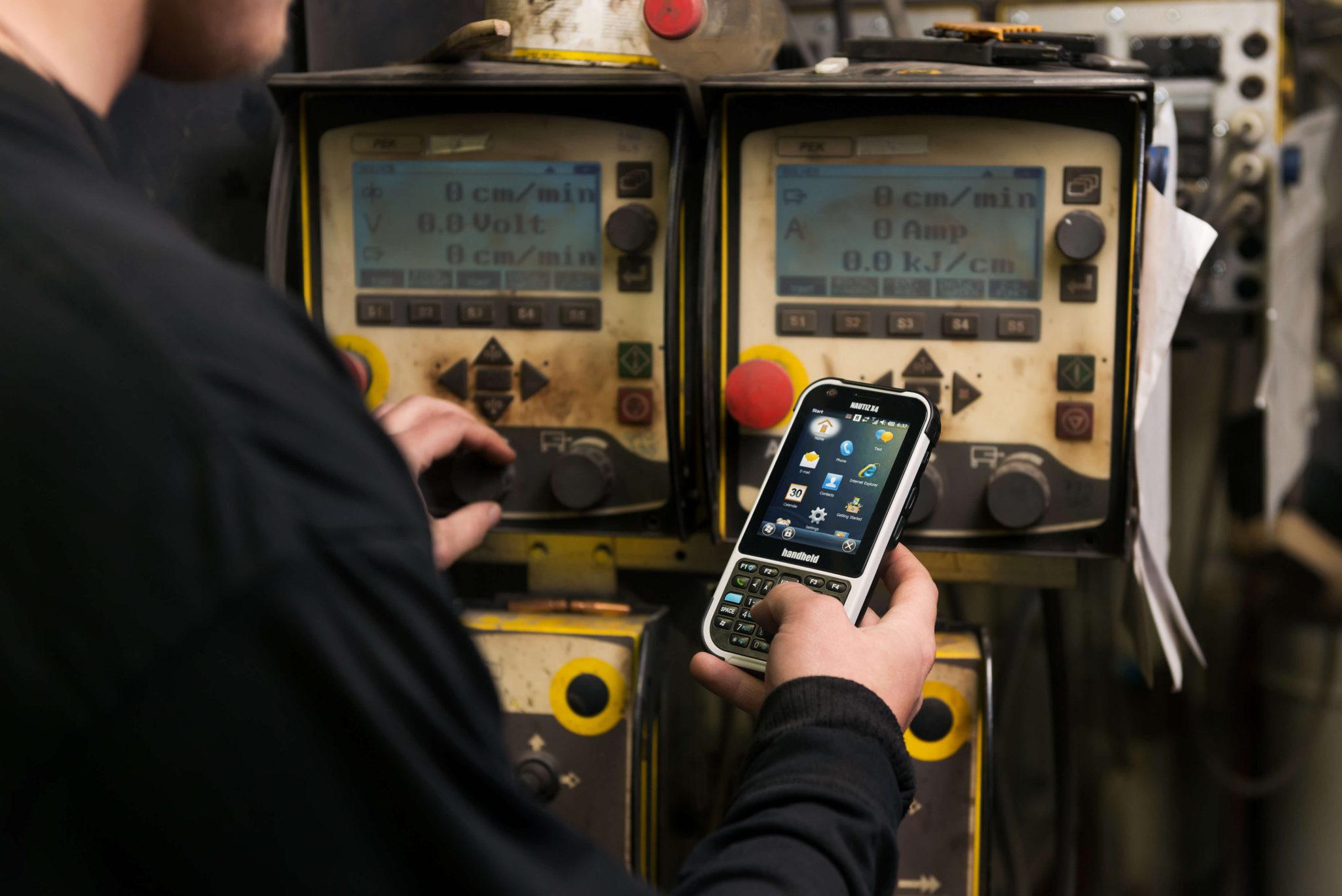handheld-nautiz-x4-rugged-ip65-at-work