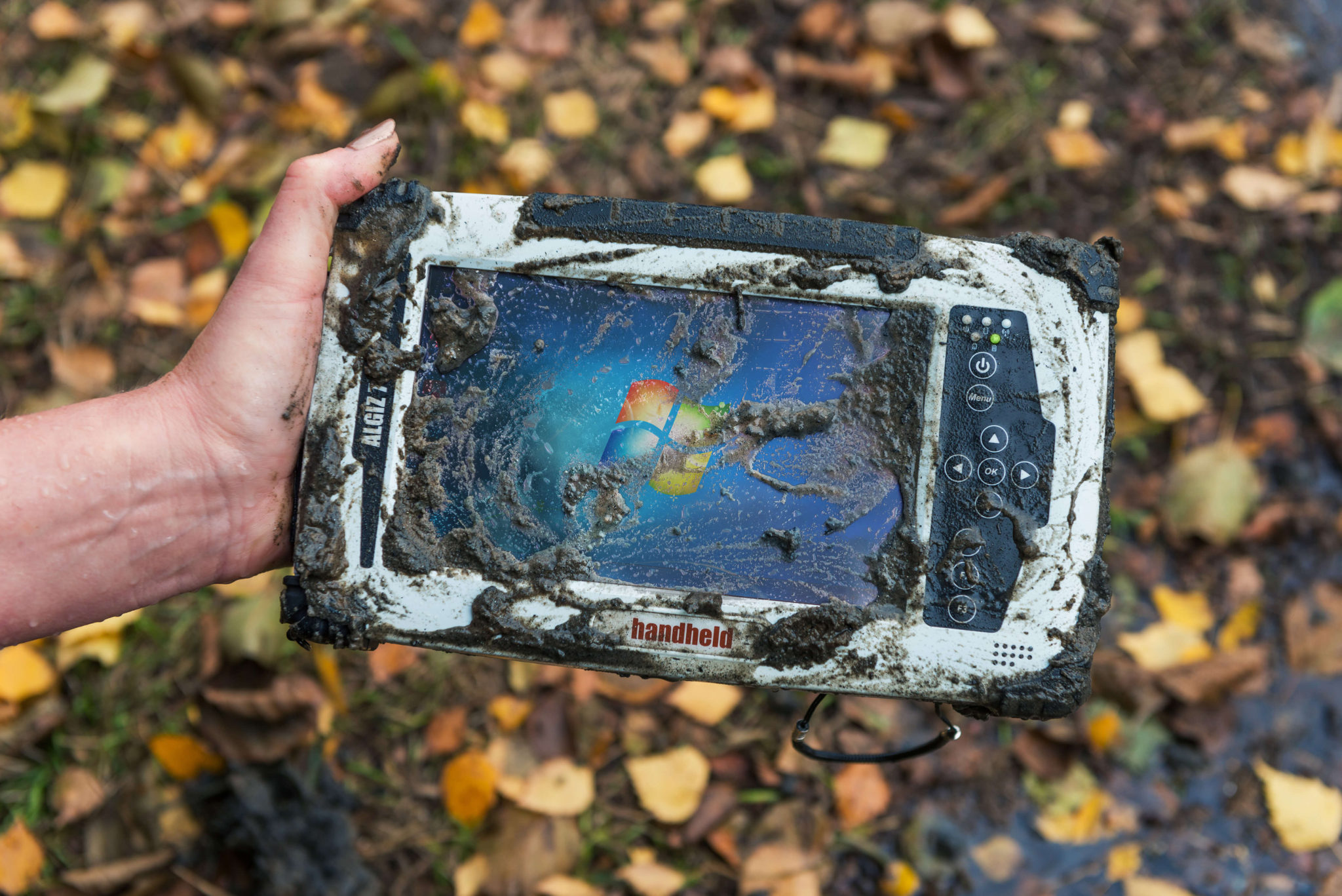 algiz-7-rugged-tablet-handheld-outdoors-in-mud-ip65